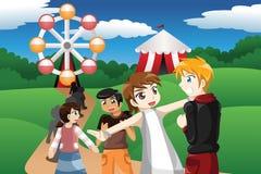 Crianças que esperam na linha em um parque de diversões Imagem de Stock