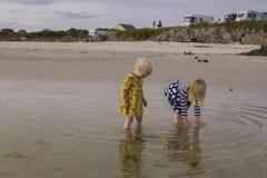 Crianças que espirram no mar foto de stock