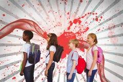 Crianças que estão contra o fundo chapinhado branco e vermelho Fotografia de Stock