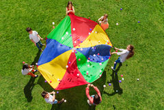 Crianças que estão em um círculo e que jogam o jogo social Imagens de Stock