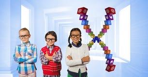 Crianças que estão os braços cruzados por ícones do app Fotografia de Stock