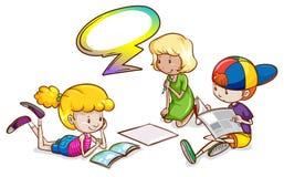 Crianças que estudam com um molde vazio do callout Foto de Stock Royalty Free