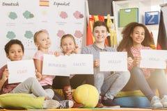 Crianças que estudam a língua estrangeira fotografia de stock