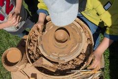 Crianças que estudam a modelagem usando a roda da cerâmica Imagem de Stock Royalty Free