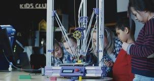 Crianças que estudam o processo da impressão 3d Foto de Stock