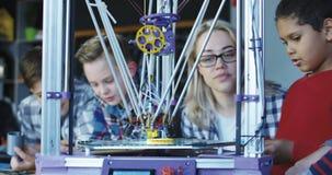 Crianças que estudam o processo da impressão 3d Fotos de Stock