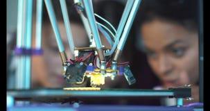Crianças que estudam o processo da impressão 3d Imagem de Stock
