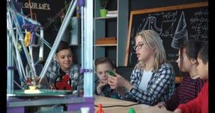 Crianças que estudam o processo da impressão 3d Fotos de Stock Royalty Free
