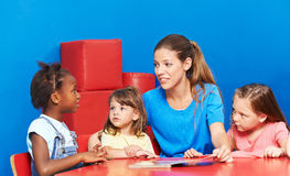 Crianças que falam durante a promoção da língua fotos de stock royalty free