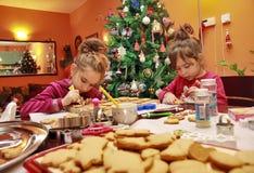 Crianças que fazem biscoitos Fotografia de Stock