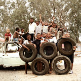 Crianças que fazem círculos olímpicos com os pneus no distrito, África do Sul fotografia de stock royalty free