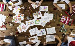 Crianças que fazem cartões de Natal Fotos de Stock