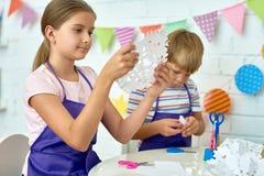 Crianças que fazem decorações do Natal foto de stock royalty free