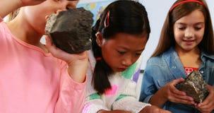 Crianças que fazem a experiência na sala de aula video estoque