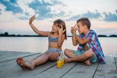 Crianças que fazem o selfie pelo rio fotos de stock