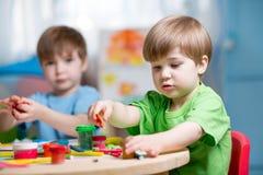 Crianças que fazem pelas mãos Fotografia de Stock