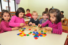 Crianças que fazem presentes Foto de Stock Royalty Free
