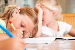Crianças que fazem trabalhos de casa para a escola foto de stock royalty free