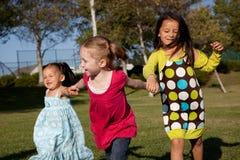 Crianças que funcionam no parque Foto de Stock