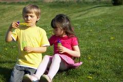 Crianças que fundem bolhas imagens de stock royalty free