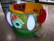 Crianças que gerenciem a recreação do divertimento do carrossel Luzes, divertimento, dispositivo eletrónico fotos de stock