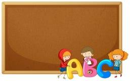 Crianças que guardam ABC no corkboard ilustração do vetor