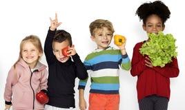 Crianças que guardam o alimento saudável vegetal Fotografia de Stock Royalty Free