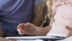 Crianças que guardam a tabuleta no regaço, tela tocante, instrução da tecnologia, close-up filme
