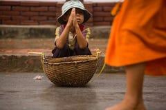 Crianças que imploram durante a procissão de monges locais fotografia de stock