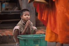 Crianças que imploram durante a procissão de monges locais foto de stock royalty free
