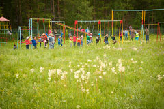 Crianças que jogam ao ar livre Foto de Stock Royalty Free