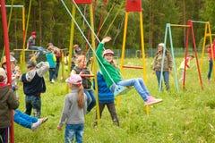 Crianças que jogam ao ar livre Fotografia de Stock Royalty Free