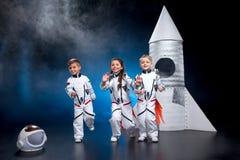 Crianças que jogam astronautas Fotografia de Stock