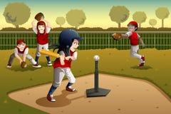 Crianças que jogam a bola do T Fotografia de Stock