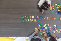 Crianças que jogam brinquedos coloridos fotos de stock royalty free