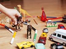 Crianças que jogam brinquedos no assoalho em casa, pouco Imagem de Stock