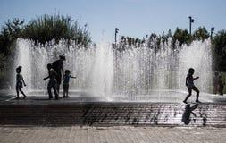 Crianças que jogam com água preto e branco imagens de stock