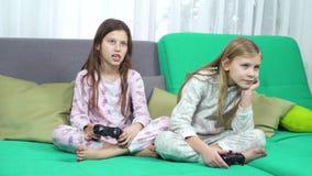 Crianças que jogam com almofadas do jogo vídeos de arquivo