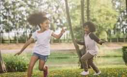 Crianças que jogam com amigos fotos de stock royalty free