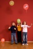 Crianças que jogam com ballons Imagens de Stock