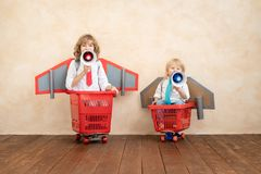Crianças que jogam com bloco do jato em casa fotografia de stock