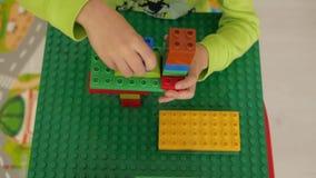 Crianças que jogam com blocos video estoque