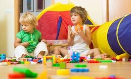Crianças que jogam com blocos Fotos de Stock