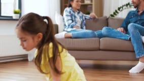 Crianças que jogam com brinquedos e pais em casa video estoque