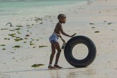 Crianças que jogam com coisas simples em Zanzibar tanzânia fotos de stock