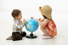 Crianças que jogam com globo fotos de stock royalty free