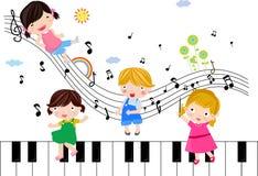 Crianças que jogam com notas musicais Fotografia de Stock Royalty Free