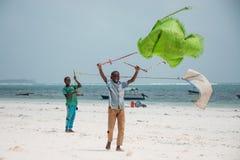 Crianças que jogam com papagaios feitos a mão, Zanzibar Imagem de Stock