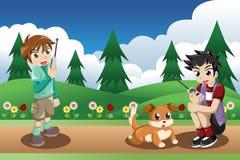 Crianças que jogam com seu cão Fotografia de Stock Royalty Free