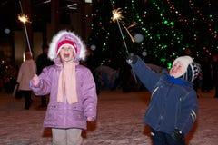 Crianças que jogam com sparklers imagens de stock